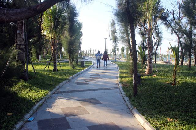 Đường đi bộ và biển ở TP. Tuy Hòa
