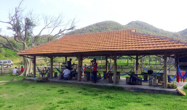 Tại trang trại có phục vụ ăn uống, võng nằm mát cho khách tham quan và khách đi đường