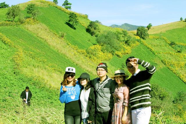 Nhiều du khách đến tham quan và chụp ảnh để lưu giữ khoảnh khắc giao mùa này