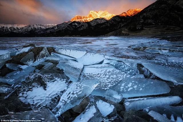 Bề mặt nước đóng băng trên hồ Abraham ở Alberta, Canada.