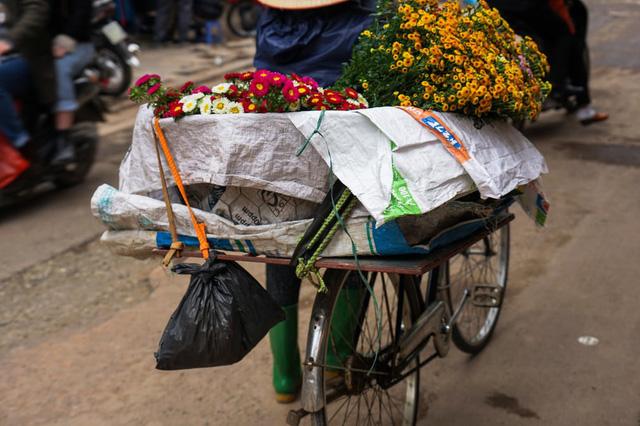 Hà Nội đẹp bình dị, đôi khi chỉ là những gánh hàng hoa bán rong trên phố