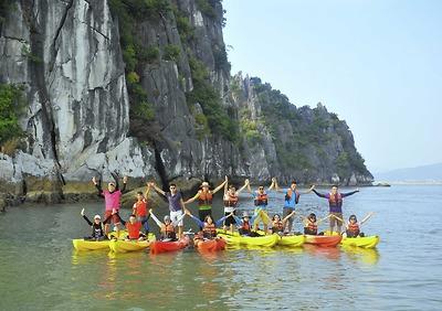 Trải nghiệm chèo kayak khám phá Hang Luồn đầy thú vị